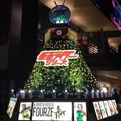 秋葉原のクリスマスツリーに、部屋のポスターのシリーズが使われており。