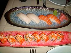 Nigiris de salmón y pez mantequilla. California Rolls
