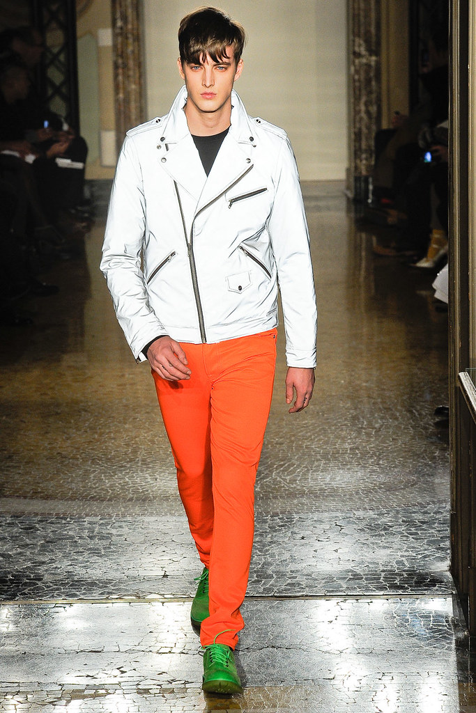 James Smith3563_FW12 Milan Moschino(VOGUE)