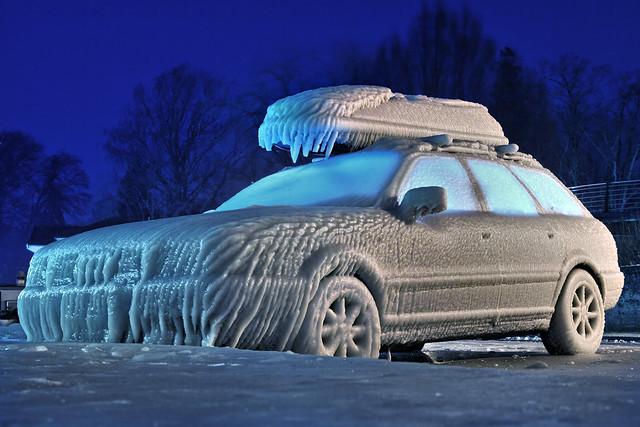 Voiture gelée sur le quai de Versoix au bord du lac léman (Genève, Suisse) / ice covered car (versoix, switzerland)