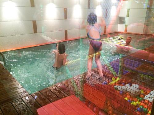 Club de niños junto a la piscina de niños