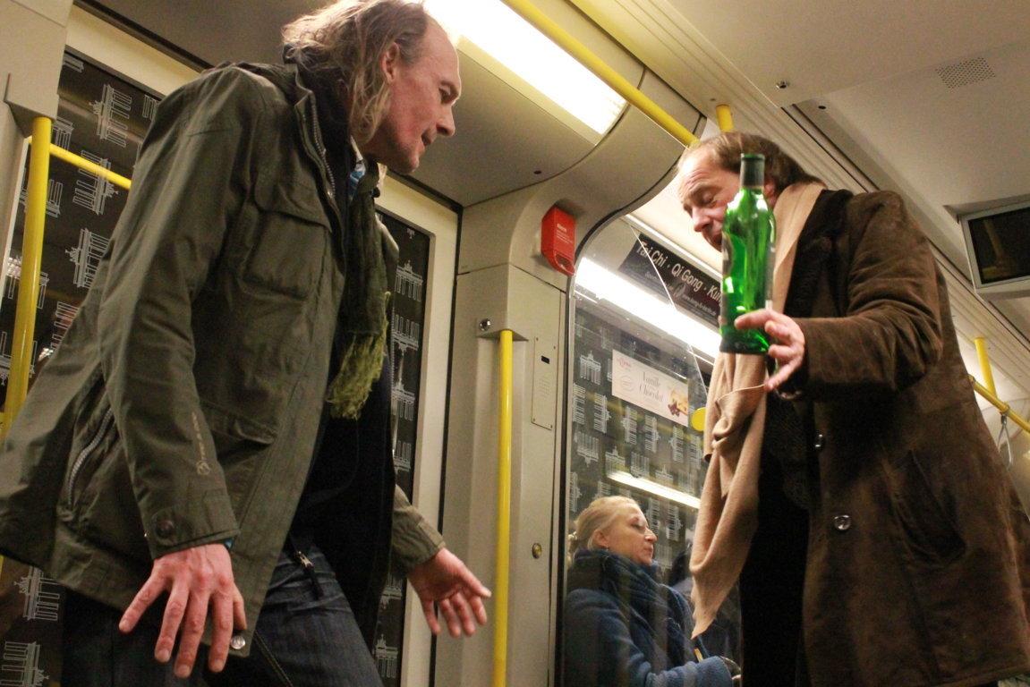 немцы пьют в берлинском метро