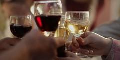 ¿Cómo el vino hace amigos?