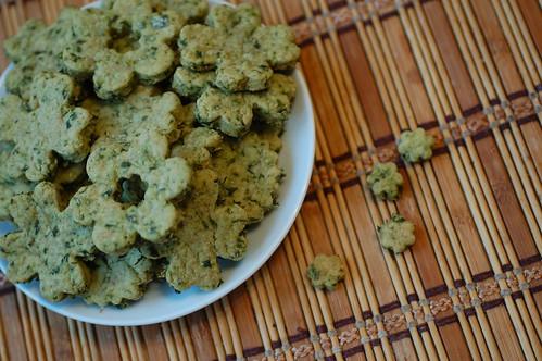 соленое песочное печенье с базиликом