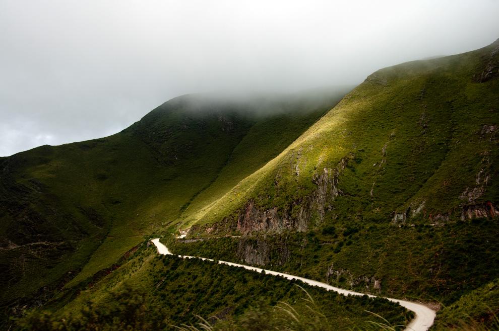 Un camino pasa entre los valles y montañas en la provincia de Salta, Argentina, se trata de un paisaje multiforme y multicolor natural, que ha sido modelado durante años por la erosión eólica y la lluvia. De una belleza sugestiva, no en vano recibe el nombre de -El valle encantado-. (Roberto Dam)