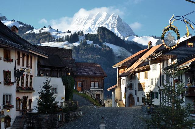 Y en la serie de pueblos que parecen de cuento en suiza gruy res viajes 101lugaresincreibles - Casas en los alpes suizos ...