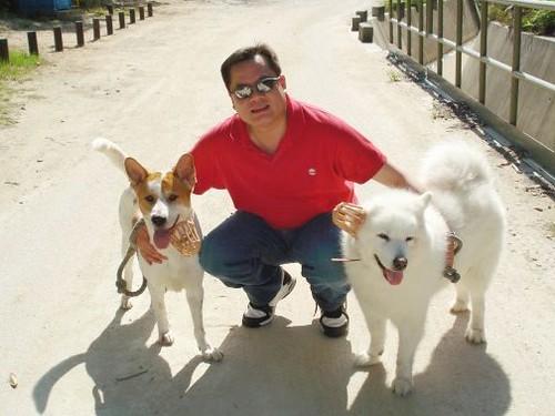 Lo sposo Dennis con il loro cane
