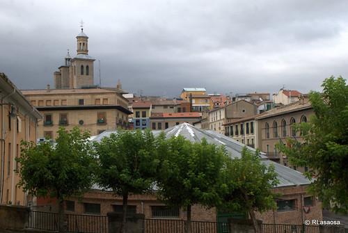 Una vista del tejado del Mercado de Santo Domingo, el Ayuntamiento y las torres de San Saturnino desde la calle Dos de Mayo.