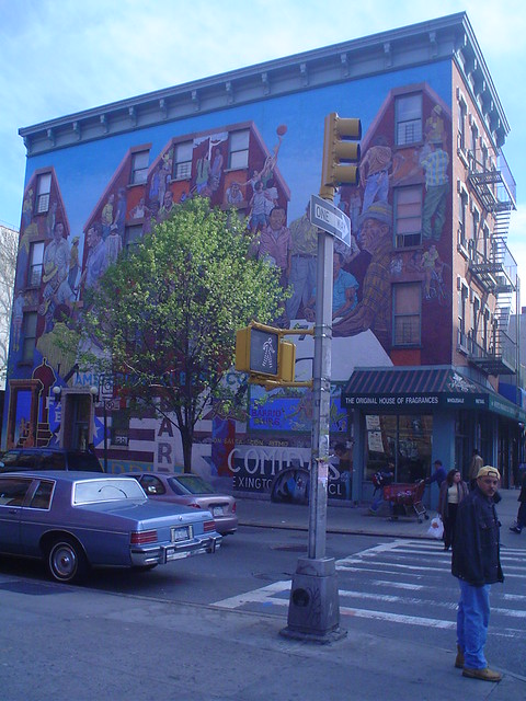 Photo d'un mur couvert de peintures dans le quartier d'El Barrio, New York, USA