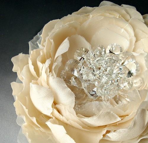 creamsilksquartzflowercloseweb
