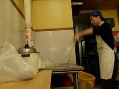 日, 2010-10-10 11:59 - Lan Zou Handmade Noodle 羅州手工拉麺 麺は注文が入るたびに延ばす