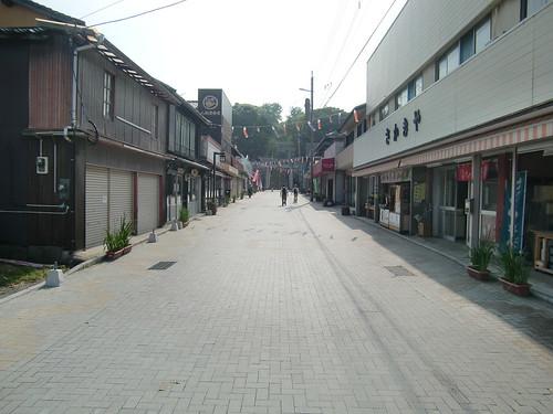神社前に並ぶ土産物屋