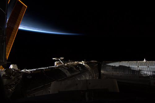 Binnen in het ISS is het tussen de 20 en 30 graden, Buiten tussen de -150 en +150 graden, afhankelijk of de zon op iets schijnt.