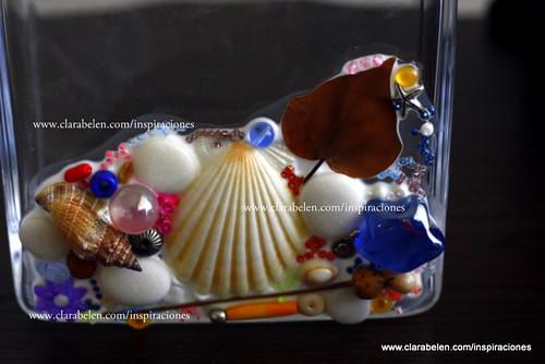 Manualidades: decorar un jarrón de cristal con conchas, cuentas, semillas y hojas secas