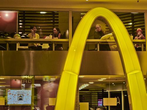 Människor på McDonalds