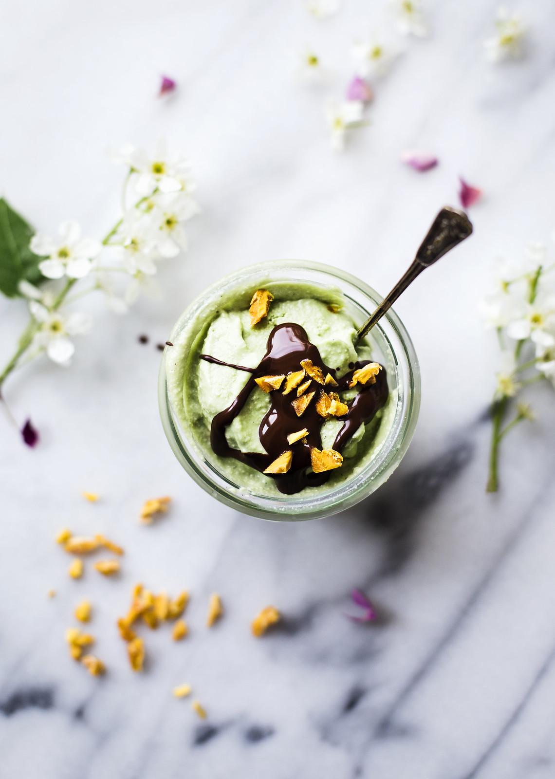 Cashewglass med matcha-te toppad med mörk choklad & mangoströssel - Evelinas Ekologiska