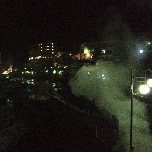 ミッションこなして、ようやく本日の宿に到着。これよ、これ。川のせせらぎの両岸から立ち昇る湯気。これぞ、ザ・温泉。日本の旅 :-D