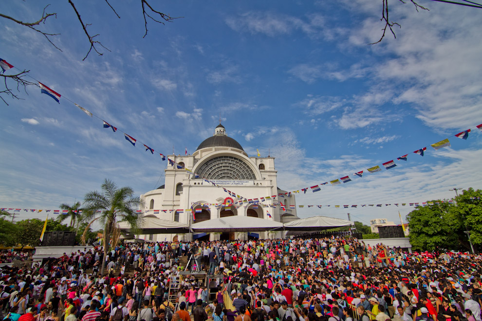 Al finalizar la Misa principal de las 6 de la mañana del 8 de Diciembre, cientos de feligreses ingresaron al interior de la Basílica para la siguiente misa y para elevar sus oraciones. (Tetsu Espósito)