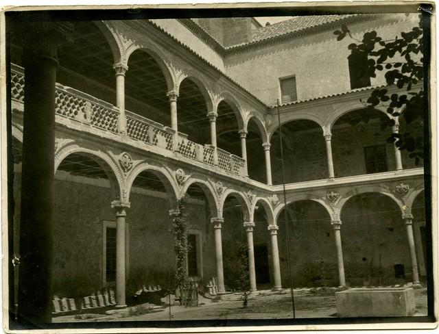 Hospital de Santa Cruz a comienzos del siglo XX. Fotografía de Pedro Román Martínez. Centro de Estudios Juan de Mariana. Diputación de Toledo