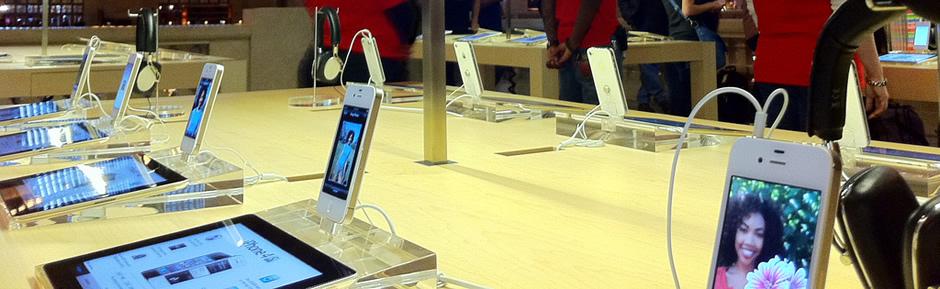 Fotografía de una Apple Store, en la sección de iPhone