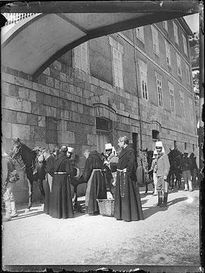 Frailes franciscanos recibiendo a un grupo de militares en el Santuario