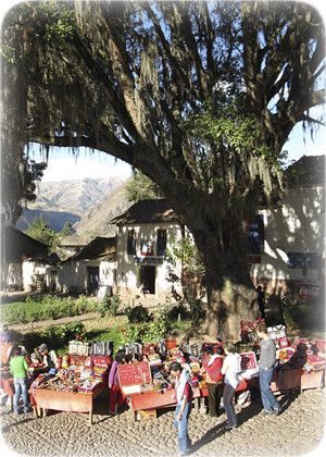 plaza-artesanal-de-andahuaylillas-cusco