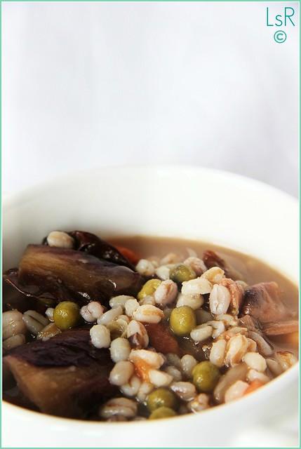 zuppa di cereali, legumi e radicchio rosso marinato al balsamico
