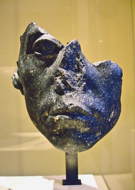 Cabeza fragmentada de Senusert III. El rostro del soberano muestra su característico gesto de pesadumbre.