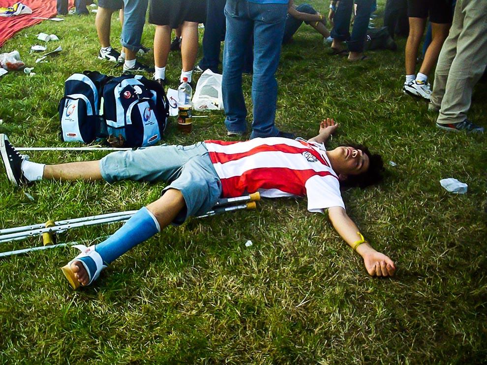 Encuentro con el Papa en Colonia 2005. Uno de los integrantes de la delegación paraguaya fue con la pierna enyesada y muletas. Después de unas horas de caminata, duerme una buena siesta. (Javier Cabral, cabraljavier@gmail.com)