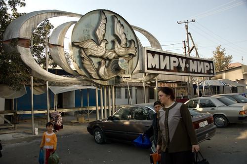Mujer entrando en el mercado de Osh