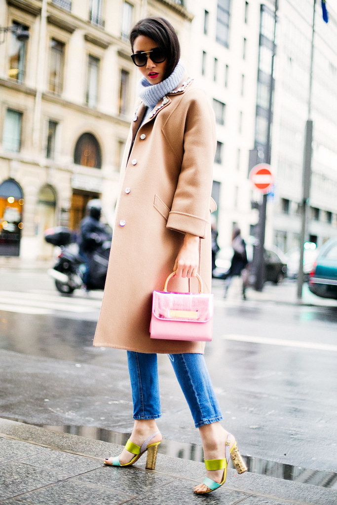 Moda de strada la Paris Fashion Week in 2014 cu Diana Enciu ce poarta haina camel Eugenia Enciu, Sandale Pollini cu geanta Allaroundeve, pantaloni Asos, pulover Zara si ochelari de soare Prada Optiblu