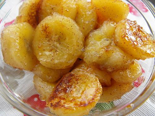 Banana caramelizada com canela