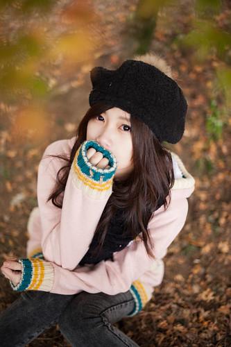 [フリー画像素材] 人物, 女性 - アジア, 女性 - 座る, 帽子, セーター ID:201201170800