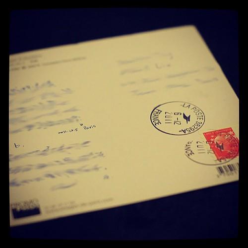 房東,不僅將信箱鑰匙交給我們,還很貼心地在信箱上,改貼我的姓名。於是,前幾天才剛寄出的明信片,下午已經又回到我們手中。上頭,收信地址,可是巴黎呢!