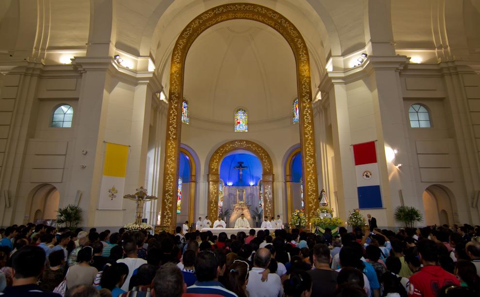 En el interior de la Basílica se iniciaba la celebración de una misa, luego de que los festejos principales realizados afuera hayan concluido. (Tetsu Espósito)