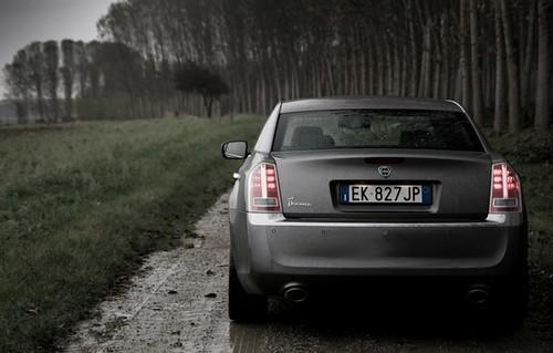 Lancia Thema interpretazione del posteriore con targa centrale di Federico Ambrosiani su foto di base David Mucci