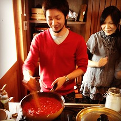 滋賀のフレンチの料理人によるトマトソース制作過程を見学中。