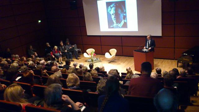 Botschafter Staffan Carlsson begruesst die Gäste der Strindberg-Lesung mit Jens Harzer und Marika Lagercrantz