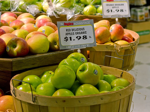 """red delicious"" apples at Ingles"