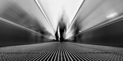Travelator escalier roulant photo noir et blanc perspective pose longue