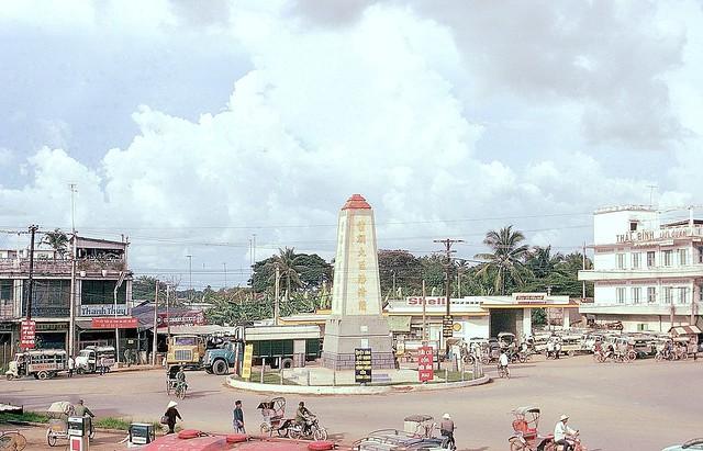 Vinh Long 1972 - QL4 roundabout in town - Tháp  Phan Thanh Giản tại ngã ba Cần Thơ