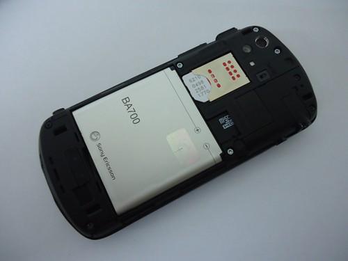 Bagian Dalam Sony Ericsson Xperia Pro saat Panel Belakang Dibuka