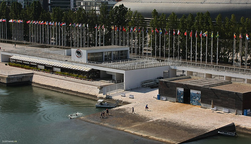 The Lisbon people like to swim in front of the Oceanarium! The flags remind us the countries participating in Expo 98.