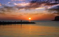 Stanco di un'altra giornata di vita, si adagia dolcemente all'orizzonte il sole sulla morbida superficie del mare...