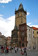 Staroměstský Orloj Věž (Torre del reloj de la Ciudad Vieja) y Staroměstská radnice (Antiguo Ayuntamiento), el edificio rojo cortado. Lo bombardearon los nazis y dejaron a modo de recuerdo esta parte de la fachada. El resto del solar que ocupaba el e