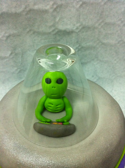 Alien Spaceship Cake http://www.flickr.com/photos/66505076@N02/6527089141/