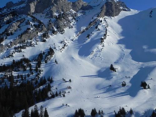 10 Les skieurs godillent sous le flan nord ouest de Chaurionde DSCN9272