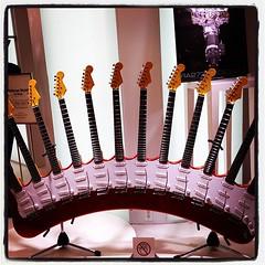 凄いギター見つけた。ネック12本。735万とかした。