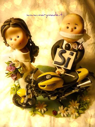 """cake topper sposi con moto moto ducati lui imbavagliato con cartelli """"si"""" al collo"""