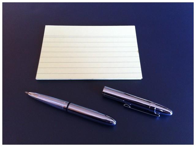 Analog: Fisher Space Pen Bullet (schreibt überall auch beim Minustemperaturen) und Notizkarten
